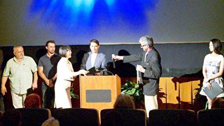 4月17日,新唐人洛杉磯節目部負責人曾錚代表製作團隊接受獎項。(劉寧/大紀元)
