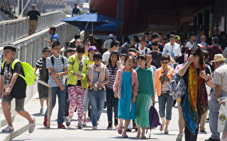 今年五月假期间,中国人出境旅游预订量直线上升,截至4月18日,同比2015年上涨130%,其中欧洲、美国等长线目的地线路预订量同比增长显著。(戴兵/大纪元)