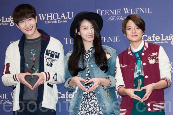 宋茜(中)与SJ-M团员周觅(左)和Amber在台湾出席活动。(陈柏州/大纪元)
