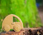纸皮做的小汽车(fotolia)