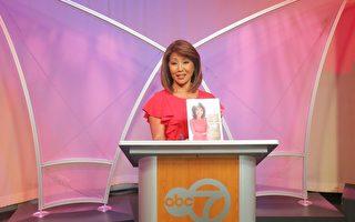3月29日,ABC7 华裔主播于小玲在记者会上介绍她的第一本书,并表示第二本书在筹备中。(唐明镜/大纪元)