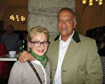Imtiaz Achund和太太 Brigitte Achund观赏了美国神韵国际艺术团2016年4月3日在奥地利萨尔兹堡的第二场演出。(黄芩/大纪元)