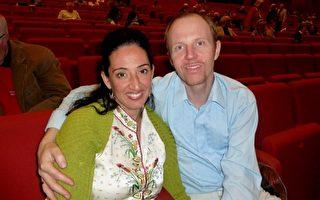 服装设计师Martine Schramm女士与她的丈夫观赏了4月5日晚美国神韵国际艺术团在维也纳剧院的第一场演出,被神韵纯善、纯美的舞台艺术和精神内涵所折服。Schramm女士表示要把每一幅画面都刻在心中带回家。(安然/大纪元)