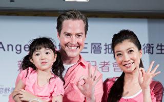 夏克立黄嘉千夫妇和女儿Poppy。(陈柏州/大纪元)