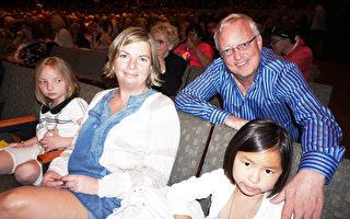 Lindsay Case先生和太太Maria带着来自中国的女儿Lily及另一个女儿,观看了神韵巡回艺术团在科泉市的演出。(温文清/大纪元)