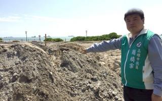 高市議員簡煥宗6日批水利局露天堆置廢電石渣,引起民眾觀感不佳。(簡煥宗提供)