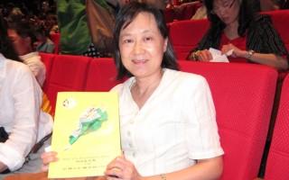 2016年4月6日晚,台中市政府地方税务局局长吴莲英观赏神韵世界艺术团在台中中山堂的演出。(戴德蔓/大纪元)