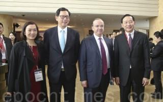 金管局總裁陳德霖、滙控行政總裁歐智華、香港上海滙豐銀行副主席兼行政總裁王冬勝。(余鋼/大紀元)