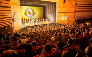 來自美國的神韻世界藝術團,2016年4月9日下午在台中中山堂舉行演出。(陳柏州/大紀元)