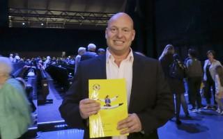 德国畅销书作家HeikoSchrang观看了4月9日下午在德国汉堡的神韵演出。(余平/大纪元)