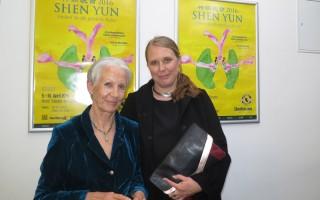 Silke Hagemeier與母親一起觀賞了美國神韻國際藝術團2016年4月9日晚在德國漢堡邁爾劇院的演出。(余平/大紀元)