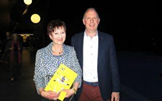 Petra Nothoff和丈夫Michael Notthoff觀看了4月9日晚在漢堡的神韻演出,表示非常喜歡神韻展現出的精神內容,演出色彩絢麗、優雅美麗,美不勝收。(余平/大紀元)