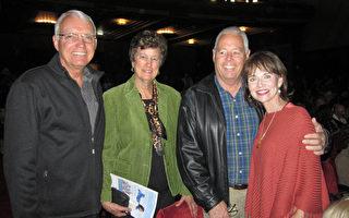 建築公司老闆Russ 和 Sabina Sullivan夫婦(右一、右二)和鄰座的退休人士Bob 和 Margaret Hamilton夫婦(左一、左二)觀看了4月9日下午神韻紐約藝術團在克萊蒙特市布利奇劇院的演出。(楊婕/大紀元)