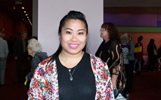 4月9日下午,個人形象設計師Elizabeth Le在西雅圖觀看了神韻演出。(舜華/大紀元)