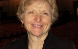 """4月9日下午,加州西勒斯学院(Citrus College)教授Susan Pecoraro女士在克莱蒙特(Claremont)观看完神韵演出后,感激地说:""""这是一份绝美的礼物!"""""""