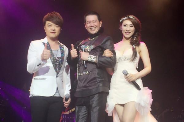 (左起)翁立友、蔡小虎、谢金晶在马来西亚云顶世界同台演出。(豪记唱片提供)