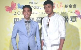 篮球明星正皓玄(右)荣忠豪(左)受邀出席赛珍珠公益晚宴。(方时娱乐提供)