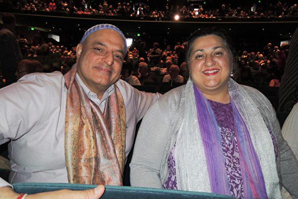 国际知名瑜伽师Aadil Palkhivala和太太Savitri 4月10日下午带了5位学生来到西雅图的西雅图麦考剧院(Marion Oliver McCaw Hall)观看神韵演出。(文远/大纪元)