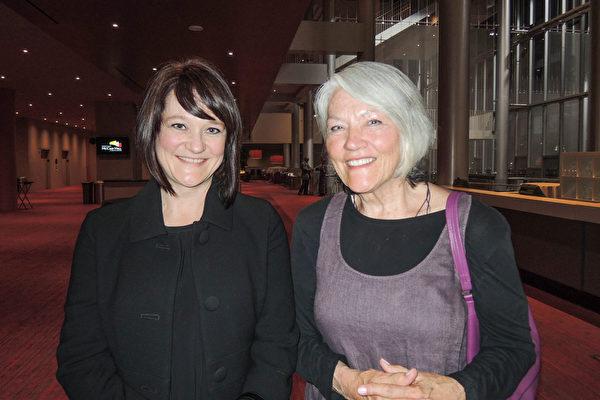 2016年4月10晚6时,前歌剧演唱家Marilyn Johnson及女儿在西雅图麦考剧院观赏神韵演出。(文远/大纪元)