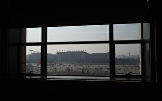 目前,在全国25个省份共有45名65后副部级以上官员。过半数是习近平上台后获得提拔的。图为,2016年3月1日,北京人民大会堂窗外的天安门广场。(GREG BAKER/AFP/Getty Images)