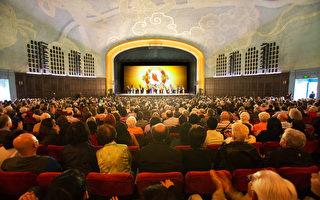 4月10日,神韵纽约艺术团在大洛杉矶地区克莱蒙特市布利奇剧院(Bridges Auditorium)的最后一场演出圆满结束。(季媛/大纪元)