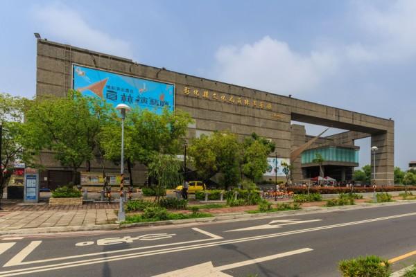 2016年4月12日晚间,神韵世界艺术团在员林演艺厅举行彰化第二场演出,全场爆满,一票难求,图为员林演艺厅外景。(郑顺利/大纪元)