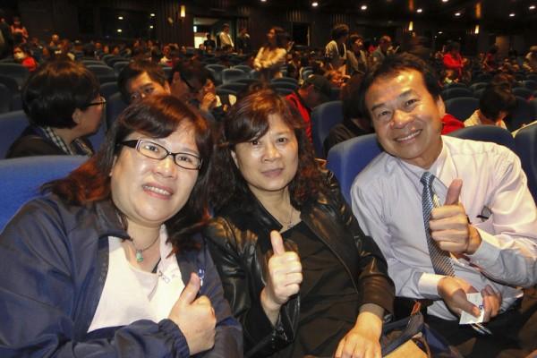大叶狮子秘书江允掌(右)偕同妻子与友人一起出席观赏神韵。(李芳如/大纪元)