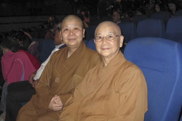 自然菩提救助协会释开定(左) (张庭卉/大纪元)