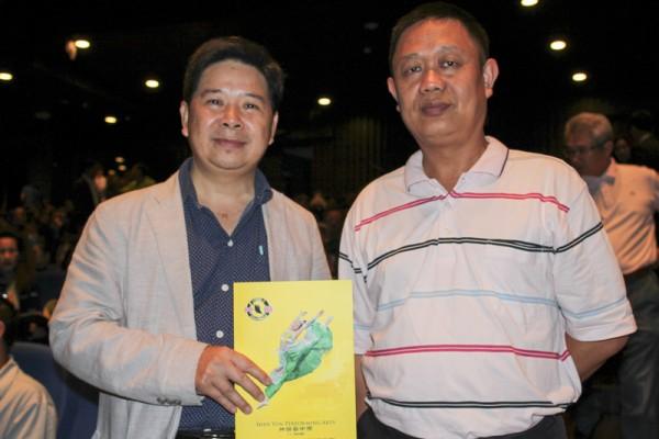 4月12日晚,台中银行协理吴中正(左)邀请友人一同入场观赏神韵世界艺术团于员林演艺厅的第二场演出。(郭益昌/大纪元)