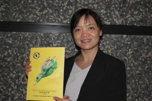台湾彰化县文化局局长吴兰梅盛赞神韵艺术家的精湛演出,无需言语即让观众深刻体会。(郭益昌/大纪元)