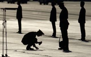 近日有消息称,前江西省公安厅副厅长、警卫局局长陈愿涛四个月前已进京升任公安部警卫局副局长。 图为,2015年9月3日,北京天安门上的军警。(Wang Zhao - Pool /Getty Images)