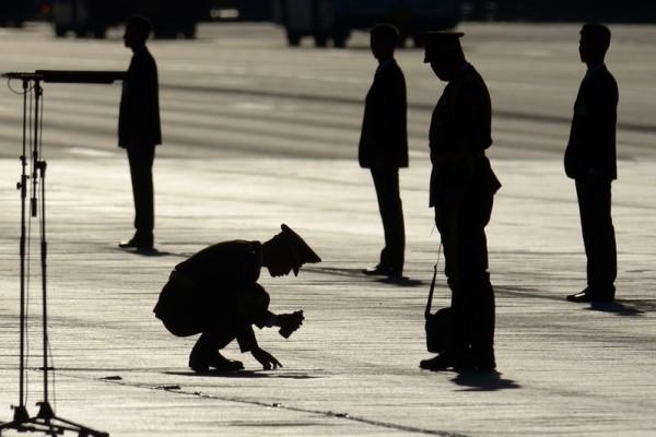 """在中共十九大召开前,公安部内部下达指令,在大陆全面执行""""敲门行动"""",进一步对信仰""""真、善、忍""""的法轮功学员进行迫害。(Wang Zhao-Pool /Getty Images)"""