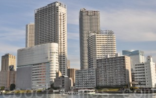 """东京湾是东京人气住宅地段,也是塔式高级公寓楼集中的区域,2020东京奥运之前这里一直将会是不动产建设的热点。近年,这里的高档住宅也成为中国人""""爆买""""的人气物业。(卢勇/大纪元)"""