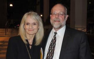 2016年4月12日晚,印刷厂副总裁和首席运营官Chuck Knudsen和太太Julie knudsen女士在俄勒冈州波特兰市凯勒礼堂观看神韵巡回艺术团的演出。(文远/大纪元)