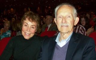 律师Michael Schmeer和太太4月12日晚观看了神韵巡回艺术团在波特兰的凯乐剧院的演出。(舜华/大纪元)