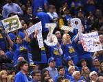 4月13日,勇士队迎来了本赛季第73场胜利,以73胜9败的战绩刷新纪录。(Thearon W. Henderson/Getty Images)