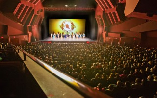 4月13日晚,神韵纽约艺术团在美国大洛杉矶地区柯斯塔梅莎(Costa Mesa)市橙县艺术中心的第二场演出票房继续火爆。图为演员谢幕。(季媛/大纪元)