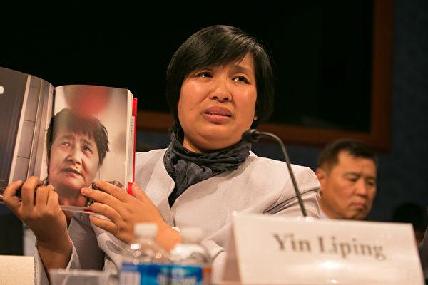 """法轮功学员尹丽萍在听证会上讲述她在沈阳""""黑监狱""""遭受群体性侵害等恐怖经历,令人发指。(李莎/大纪元)"""