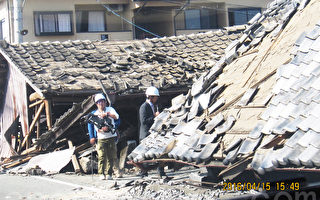 熊本、大分兩縣連續發生強震,直接造成49人死亡,1人失踪,1,682人受傷,86,329棟住房損壞,截至5月14日,仍有10,316人流離失所,寄居於避難所內,急需住房。(蕭樺/大紀元)