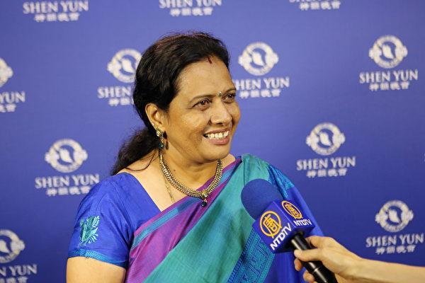 印度那烂陀道基金会(NalandaWay Foundation)董事Uma Viswanathan观赏神韵后感到非常幸福。(林仕杰/大纪元))