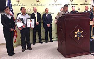 洛杉磯縣警局15日在新聞會上宣布,殘忍殺害兩侄兒後逃往香港的史德運已被引渡回洛杉磯受審。左一為受害家庭的律師蔡玟慧,左二持兩受害者照片的是受害人父親林大衛 (David Lin)。(李姍/大紀元)