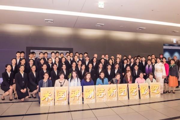 美国神韵世界艺术团一行于日本时间2016年4月17日晚抵达位于名古屋的日本中部国际机场。他们将在名古屋展开日本巡演的序幕。(牛彬/大纪元)