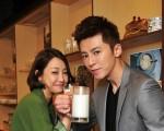 新劇收視攀新高,身為男女主角的李國毅(右)與謝欣穎喝牛奶慶功。(台視、東森提供)