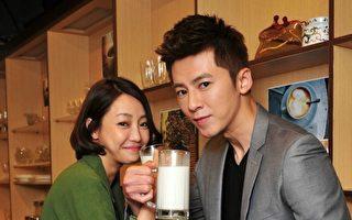 新剧收视攀新高,身为男女主角的李国毅(右)与谢欣颖喝牛奶庆功。(台视、东森提供)