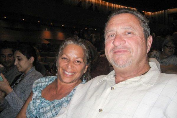 建筑商Charles Cherubin与太太Lorri Cherubin 4月19日晚在洛杉矶北岭观看了神韵演出。 (李清/大纪元)