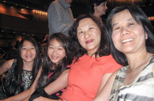 会计师吴卓冰(左三)带双胞胎女儿,与朋友Feona Tang(右一)观看演出后表示,非常喜爱,超乎想像,深感自豪。(李清怡/大纪元)