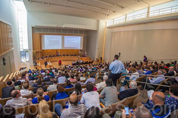 4月19日下午4时开始,加州硅谷核心城市圣荷西(San Jose)市议会对最新的租管提案进行讨论。图为听证会现场。(马有志/大纪元)