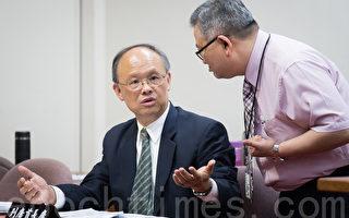 台灣代表團日前參與OECD國際鋼鐵會議遭阻事件,經濟部長鄧振中(左)20日表示,推測是中國大陸不願被聯合抵制,讓台灣不得出席下午會議。(陳柏州/大紀元)