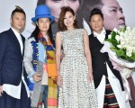 草蜢今(20)日在台北举行记者会,并宣告将计划31周年巡回演出,安心亚特别前来献花。(寰亚唱片提供)
