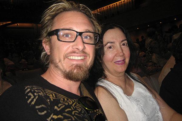 演员Douglas Banker与未婚妻、名媛慈善家Lilly Lawrence表示,能看到神韵真是荣幸之至。(李清怡/大纪元)